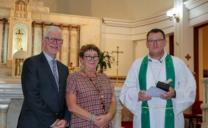 Image:Joanne Crellin receives Emmaus Award for School Support